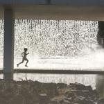 Rapaz parado - Catarata do Parque das nações