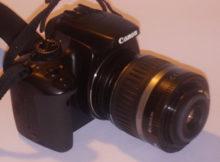 Máquina fotográfica com a lente invertida